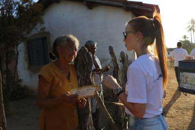 Stéfanny Assunção, engenheira ambiental da ATS, mobiliza comunidade durante caminhada ecológica