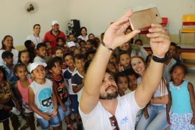 Engenheiro ambiental da ATS, Lucas Bandeira, durante selfie com alunos