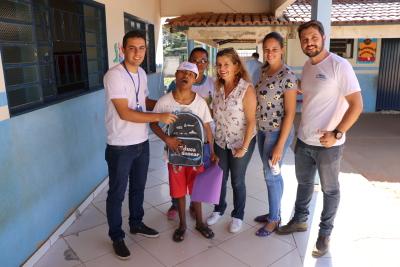 Equipe entrega kit do Educa Sanear a um dos alunos da Escola Municipal