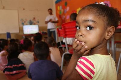 Crianças da Escola Municipal Santo Antônio assistem a filme sobre a água