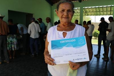 Feliz com certificado de sua cisterna, dona Olinda conta que agora vive um novo tempo com água durante todo o ano