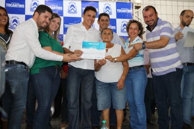 Olinda do Santos recebe certificado de propriedade da sua cisterna