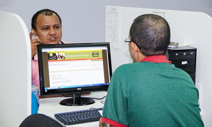As vagas ofertam salários de até R$ 1.500, mais benefícios, como plano de saúde e odontológico e vale alimentação