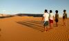 Renan Dias e Davi Munhoz acompanham e orientam visitantes durante passeio nas dunas