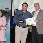 O empresário Tarik de Azevedo recebe o Troféu Responsabilidade Ambiental das mãos do presidente do Naturatins, Herbert Brito