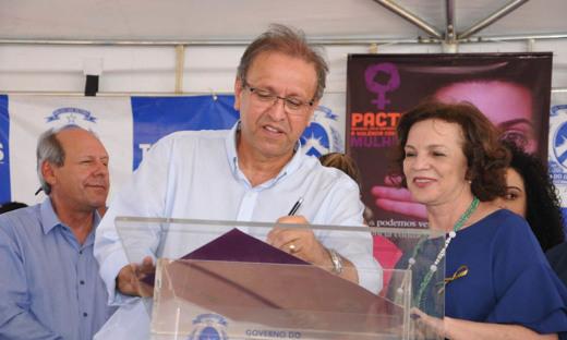 Governador Marcelo Miranda entregou, às mulheres tocantinenses, duas novas Unidades Móveis de Atendimento