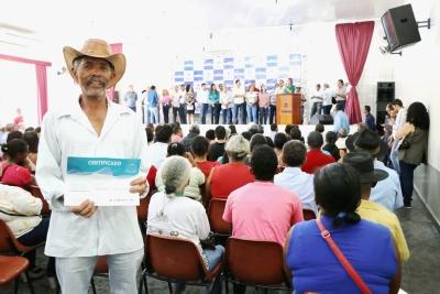 Morador do povoado Missões em Dianópolis, Severino Ribeiro Dias recebeu com satisfação o certificado de propriedade