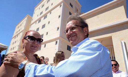Marcelo Miranda, recepcionado pela Superintendente da Caixa, Sílvia Pelluso, visitou os apartamentos do Residencial Netuno, entregues na manhã desta quarta-feira, 6
