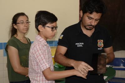 Francilene leva o filho Isaias para tirar o documento RG - foto Luiz Henrique Machado.JPG