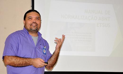 Bibliotecário Marcelo Diniz foi o responsável pela elaboração do manual