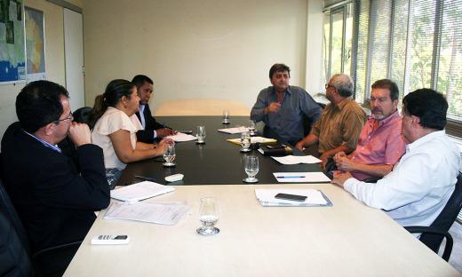 O secretário Alexandro recebeu a reitora da Unitins, Suely Quixabeira, e o superintendente de Obras da Seinfra, Silvio Curado