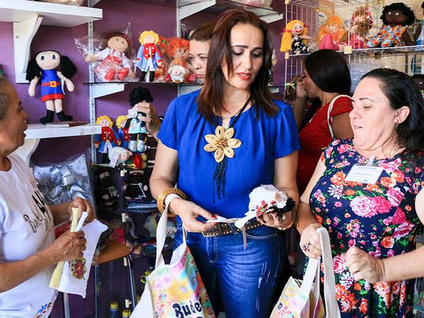 Secretária Patrícia Amaral conhece peças produzidas pelas artesãs