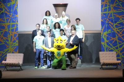 Atletas olímpicos e pan-americanos como Emanuel, Fabiana Murer e Etiene Medeiros foram responsáveis pelo acendimento da pira dos JEJ