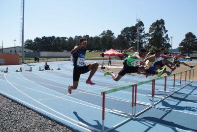 Dayvid salta a barreira para conquistar a terceira colocação e se classificar para as semifinais