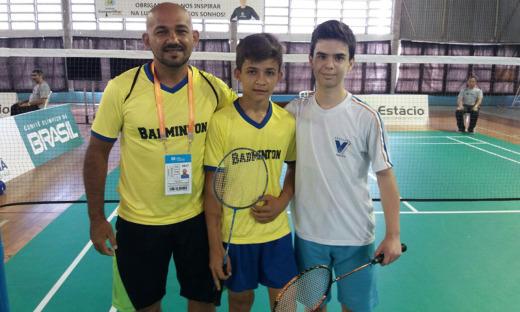 No Badminton, Thiago, treinado pelo professor Adaziel Teixeira, venceu o atleta curitibano (D)