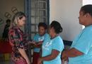 A superintende de Cultura, Noraney Fernandes, conversas com artesãs no município de Lagoa do Tocantins