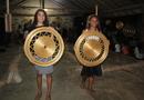 Jovens artesãs do Mumbuca apresentam peças produzidas pela comunidade durante a Festa da Colheita
