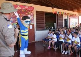 Para surpresa da criançada o mascote Herói do Trânsito, da Educação para o Trânsito da Ageto, surge no auditório, sendo muito aplaudido pelos estudantes