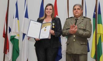 Claudia Lelis recebeu, na tarde desta quinta-feira, 21, a Medalha Tiradentes, honraria concedida, anualmente, a autoridades civis, militares e eclesiásticas, que tenham prestado relevantes serviços ao Estado