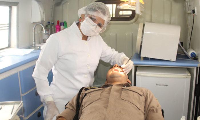 Policial militar recebendo atendimento odontológico através da Fundação Pró-Tocantins_700x420.jpg