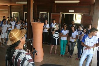 O cantor e compositor Dorivã Borges apresentou algumas músicas do seu repertório que já fazem parte da memória popular do Estado.  Foto 3 - Alunos do Centro de Ensino Médio Tiradentes conheceram o acervo do Palacinho.