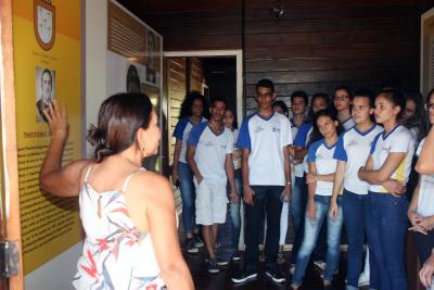 Alunos do Centro de Ensino Médio Tiradentes conheceram o acervo do Palacinho.
