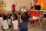 Presidente da ATS, Eder Fernandes, interage com crianças em Novo Jardim