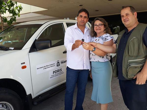 O subsecretário da Semarh, Fabio Lelis, entrega a chave à vice-reitora da UFT Ana Lúcia de Medeiros e ao coordenador do CeMAF, professor Marcos Giongo