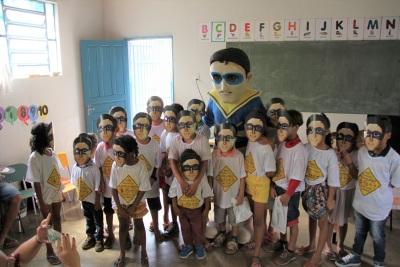 No final da palestra os alunos pousaram para um flash com a máscara e o Herói do Trânsito