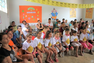 Participação dos pais e adultos da comunidade junto com os alunos da Escola Municipal Alto da Cruz, de Itaguatins