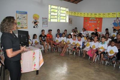 Socióloga Vera Dourado ministrando orientações sobre o trânsito para pais e alunos da Escola Municipal Alto da Cruz , em Itaguatins
