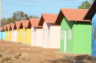 Foram realizados os serviços de terraplanagem, pavimentação, drenagem pluvial, rede de distribuição de água, esgotamento sanitário e iluminação pública.