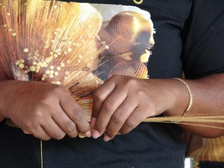 Turista pode acompanhar a costura do Capim Dourado