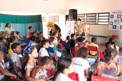 Crianças participando da palestra ministrada pelo Proerd.JPG