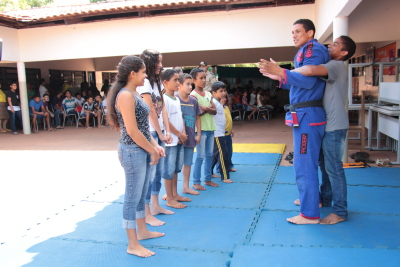 Crianças recebendo instruções sobre jiu-jitsu.JPG