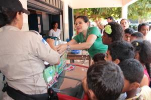 Diretora, Luciene participando da distribuição de sorvete para as crianças.JPG