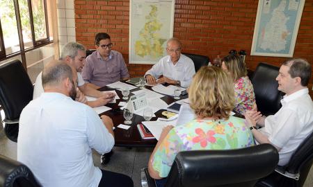 O secretário interino da Habitação, Geferson Barros, e técnicos da pasta estiveram reunidos com o superintendente do Banco Paulista, responsável pelas obras em 73 municípios no Estado
