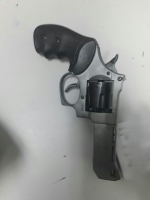 Arma apreendida no interior do veículo
