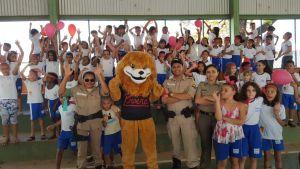 Alunos da Escola Municipal Benedita Galvão se divertindo com o mascote do Proerd_300.jpg
