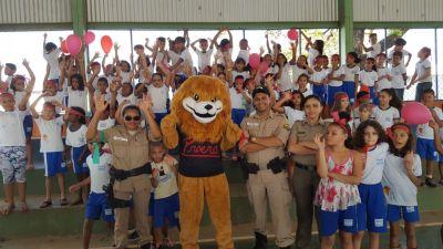 Alunos da Escola Municipal Benedita Galvão se divertindo com o mascote do Proerd_400.jpg