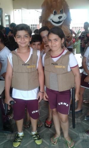 Na 5ª CIPM, alunos com coletes e tonfas, material de trabalho do policial militar_300.jpg