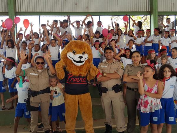 Alunos da Escola Municipal Benedita Galvão se divertindo com o mascote do Proerd