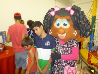 Maria Elisa Vieira Marque, técnica da Educação Especial, fantasiou-se de boneca para se divertir com as crianças