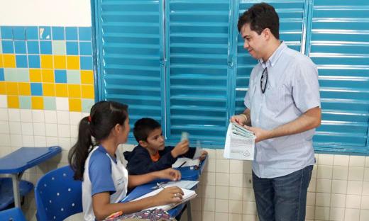 Estudantes e o superintendente Júnior Américo durante panfletagem da Escola São José
