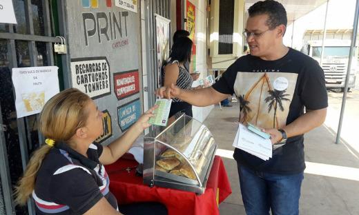 Panfletagem leva informações e orientações sobre combate às drogas a moradores das Quadras Arse 112 e 122