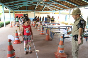 Crianças têm instrução sobre trânsito.JPG