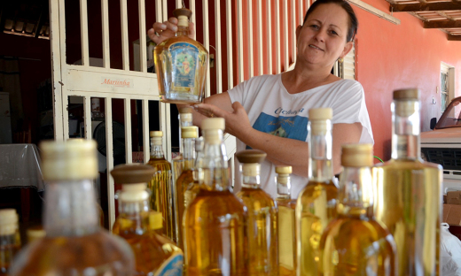 A produtora Vanilda Antonia de Oliveira aposta na qualidade e na apresentação da cachaça, tudo para conquistar mercados mais exigentes