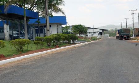 A reconstrução de  39.928,80 m²  de pavimentação asfáltica, drenagem e meios-fios, vão facilitar o trânsito no interior do distrito