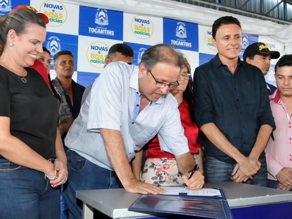 O Governador assinou Ordem de Serviço possibilitando o início da pavimentação asfáltica do trecho entre as rodovias TO-444 e TO-447, em uma extensão de 39,01 km, interligando Chapada de Areia e Paraíso do Tocantins