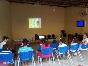 Crianças atentas ao filme sobre saúde bucal na 5ª CIPM_300.jpg